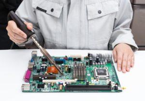 パソコン修理をしているイメージ