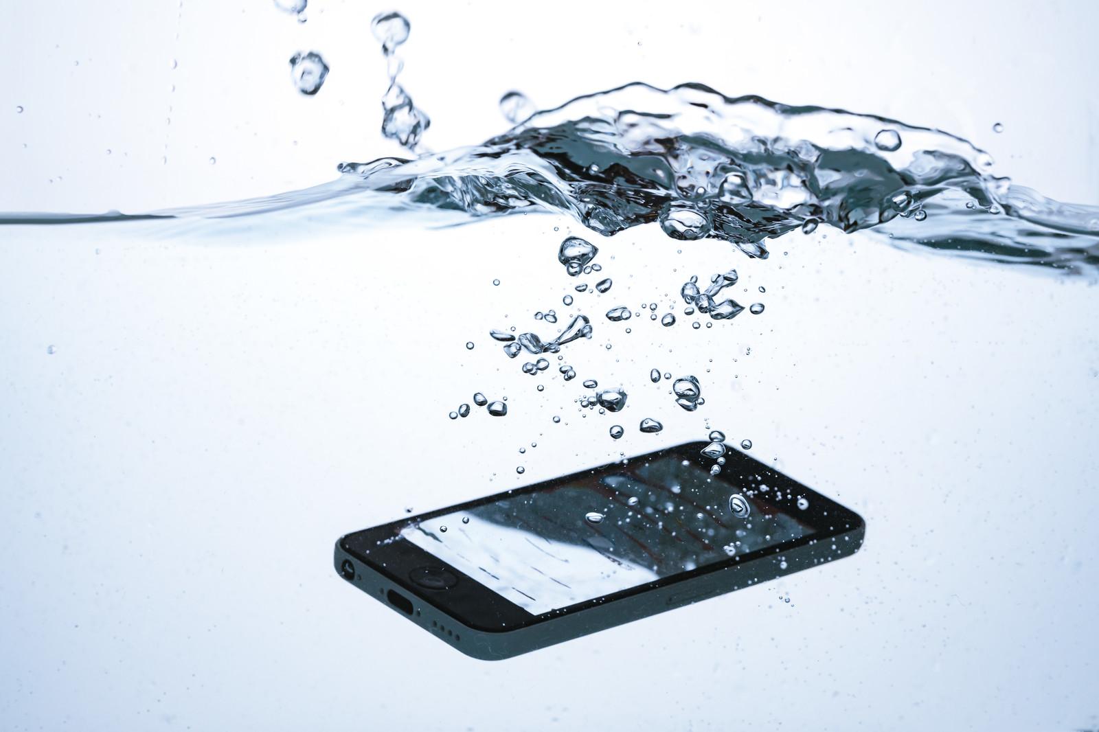 スマホの水没データ取り出しは業者がおすすめ!フリーソフトは?