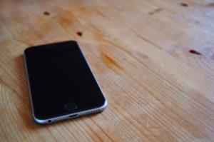 テーブルの上のiPhone