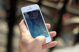 iPhoneを持った手